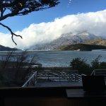 vista con el lago y el Glaciar Grey al fondo, desde el bar