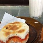 Clásico Choripan con mayonesa casera y leche con platano.