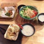 momo frits et vapeur, salade, soupe et légumes