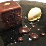 Cube au chocolat Manjari, croustillant feuillantine, crème glacée à la fève de Tonka