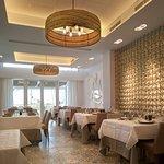 Salón luminoso para comidas y cenas frente al mar
