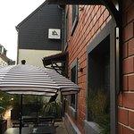 terrasse donnant sur rue commerçante