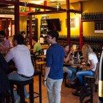 Tapasbar la barra -Einblick in die Bar - Hochtische links ,Sitztische rechts