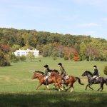 Hunter pace in front of Morven Park mansion
