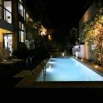 Una vista nocturna de la pileta.
