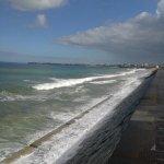 Vue côté mer située à l'arrière de l'hôtel : la digue de la plage du Sillon