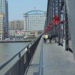 鴨緑江断橋から、ホテルを望む