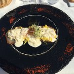 queues de crevettes sur julienne de mangue verte marlin fumé et sauce mousseuse