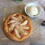 Tarte fine aux poires, crème d'amande et boule de glace