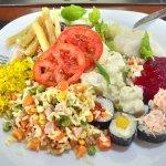 Comida de excelente qualidade, com diversos tipos de saladas e um churrasco delicioso.