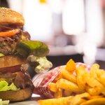 Ultima burger viande limousine, pain fait maison et frites maison