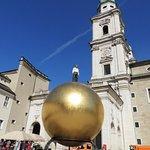 巨大な金の玉と男性像