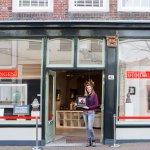 De etalage van Galerie Honingen aan e Lange Tiendeweg 40 in Gouda