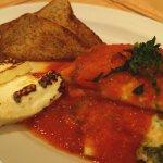 Desayuno saludable, omelette de claras con espinacas, queso asado y pan integral.