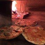 pizzeria con forno a legna. Pizza sottile e croccante disponibile anche con impasto di farro