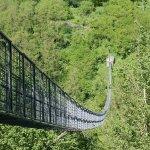 Il ponte è lungo circa 230 metri ed ha una altezza di circa 40 metri ed è oscillante quanto bast