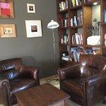 Petit salon et livres à disposition
