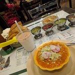 Plato clasico mexicano, agua de horchata y picantes.
