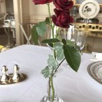 テーブルのバラの花