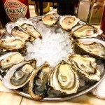 A dozen mixed oysters