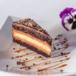 A Fekete Mamba-csokoládés tészta selymes mogyorókrém csíkokkal és krémes sajttorta réteggel..hmm