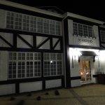 Teilansicht Hotel  St. Andrews, gleich nebenan der Highlander Pub