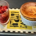 Soufflé de chèvres et son tartare de fraises d'aigues Mortes basilic