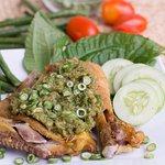 Ayam Pencok, gurihnya ayam berpadu dengan sambel cabe hijau dan irisan kacang panjang