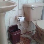 Detalles de los baños en Mamma Cusco Hostel.