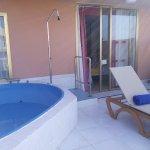 La terrasse d'une chambre deluxe, avec petite piscine privée
