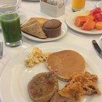 este fue el desayuno de mi segundo dia, hotcakes muffin frutitas y el infaltable jugo verde