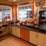 Alpine Inn - Morning breakfast with fresh fruit, yogurt and juice in the fridge, muffins and cer