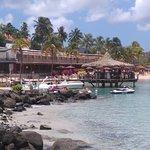 Hotel Bakoua : vue sur le Coco Bar, la plage et quelques chambres du rdc