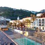 vue de l'hôtel qui donne directement sur la plage (galets) de Ponta Do Sol.