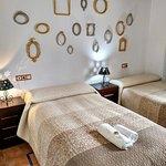 Decoración de habitación doble con dos camas