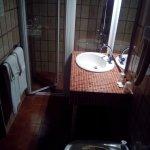 WC, bidet, lavabo et cabine de douche. Y'a même des savonnettes entre la cabine et le lavabo !