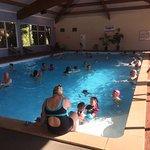 Complexe piscine avec le tout nouveau toboggan rouge. Les enfants adorent.