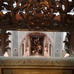 """Il capolavoro di Caravaggio, """"Le Sette Opere della Misericordia"""", dal primo piano della quadreri"""