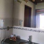 Antebaño y tras la puerta baño hermoso e impecable