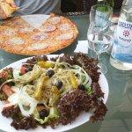 Pizza Salami + Bauernsalat + Gerolsteiner & San Pellegrino