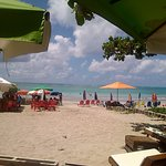 Bar a beira da praia do ponto de apoio da pousada recanto dos milagres.