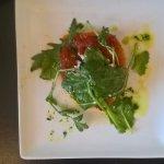 entrée: tarte fine avec tomates confites