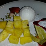 Kokusnusseis mit frischer Ananas
