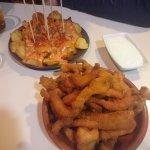 Patatas bravas y tiras de pollo con salsa roquefort
