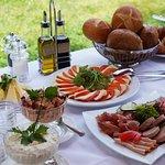 Unser reichhaltiges Frühstücksbuffet mit vielen Leckerein; Sonntags erweitertes Schlemmerbuffet