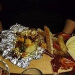 charcuterie, pommes de terre, camembert fondu