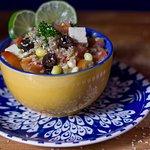 Ensalada Andiana on quinua, maíz, queso, habas, tomate y perejil