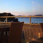 Vue splendide de la salle de restaurant ou de la terrasse extérieure sur la plage de l'Almanarre