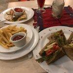 Sandwich de pollo y quesadillas