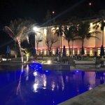 Hermosa noche en área de piscina